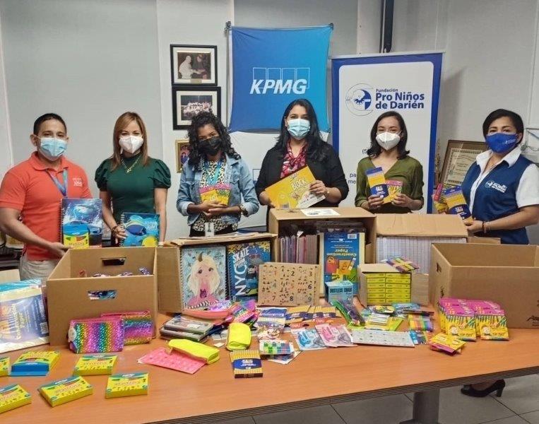 KPMG entrega donación de útiles escolares.